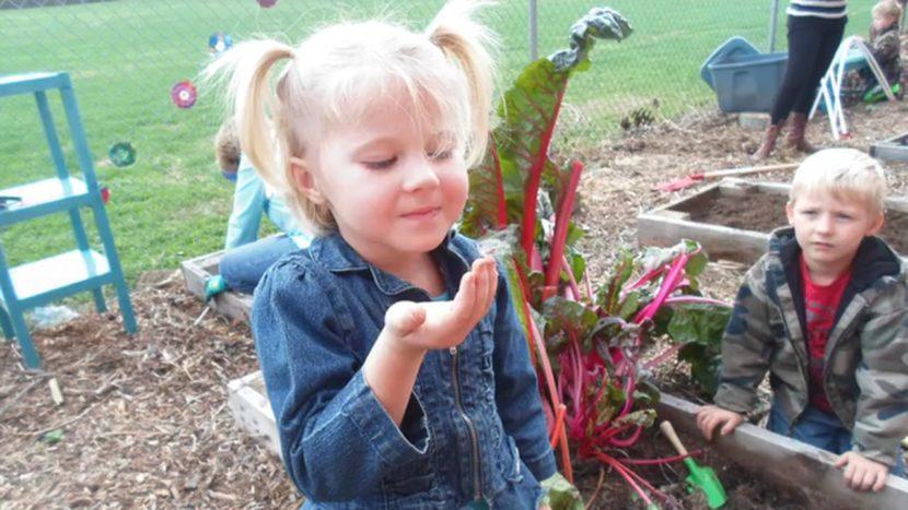 otroci in vrt