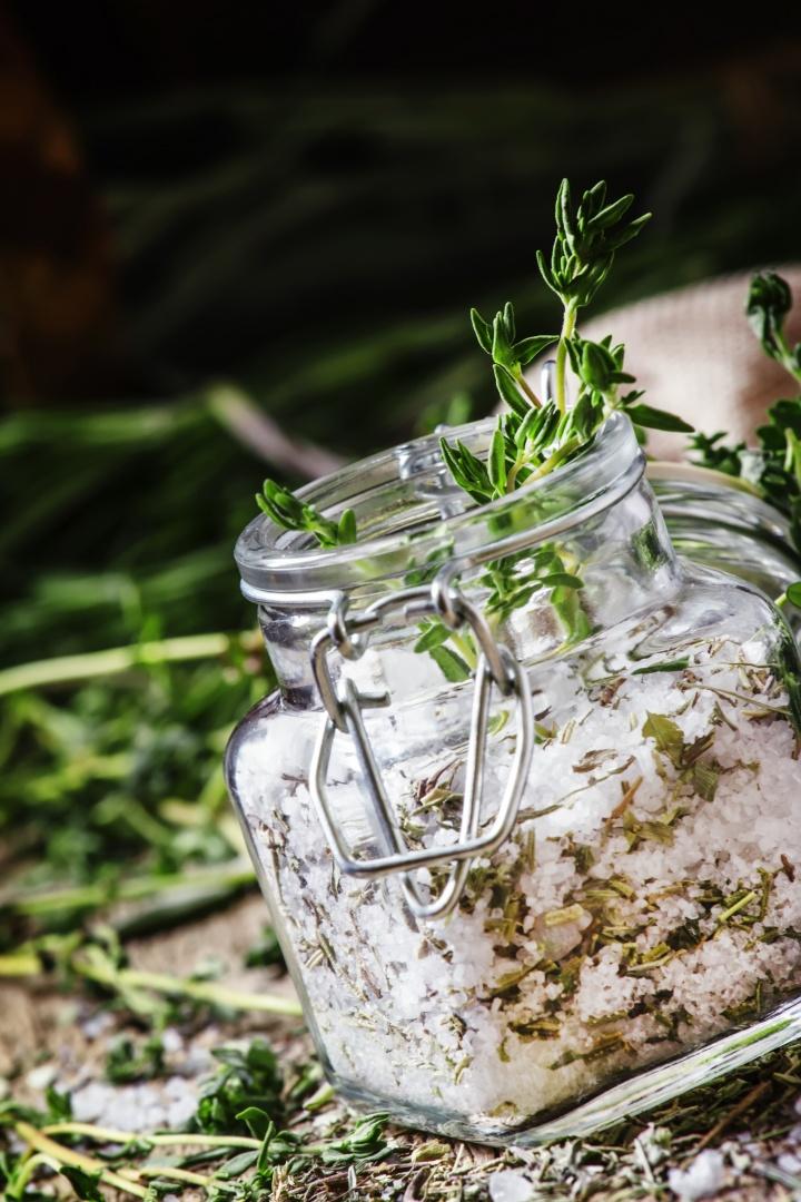 aromatična sol z začimbami in zelišči dišavnice in zelišča na vrtu shranjevanje sušenje